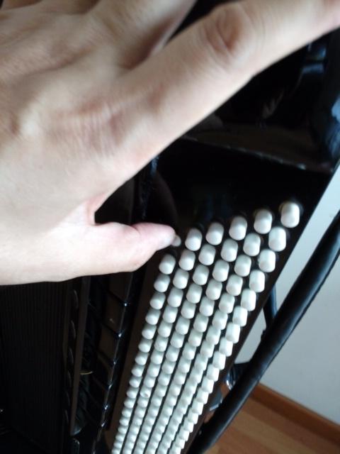 询问一下手风琴的左手贝斯按钮按不下去的原因 手风琴制