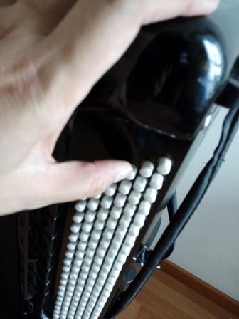 询问一下手风琴的左手贝斯按钮按不下去的原因